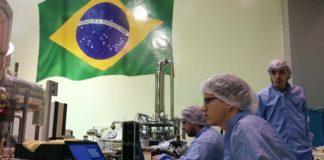 Técnicos da Universidade de Vigo traballan co satélite en Brasil.