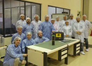 O equipo de enxeñería aeroespacial posa xunto ao satélite Serpens.