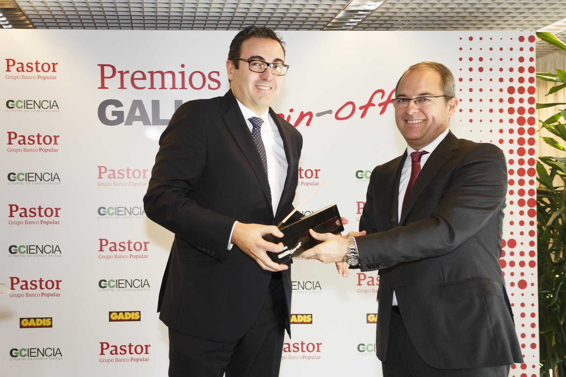 O CEO de Imatia, Fernando Vázquez, recibe o premio de mans do director xeral do Pastor.