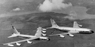B-52 Stratofortress cargando combustible en voo dende un StratoTanker, na operación Chrome Dome.