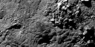 """O sobrevoo que fixo o pasado mes de xullo a nave New Horizons da NASA sobre Plutón identificou dous posibles criovolcanes, uns volcáns que expulsan xeo, sobre a superficie deste planeta anano. En concreto, observáronse dúas grandes montañas (como a da imaxe), de varios quilómetros de altura e decenas de quilómetros de diámetro, que presentan unha gran depresión ou buraco na parte superior, desde a que se podería estar a arroxar auga xeada e outras sustancias. Esta hipótese, que haberá que confirmar con novas investigacións, expuxérona os membros da misión durante a 47 reunión anual da División de Ciencias Planetarias da Sociedade Astronómica Americana, que se celebra estes días en Washington, nos Estados Unidos. """"Trátase de grandes montañas cun gran burato no cumio, o que na Terra, xeralmente, significa unha cousa: é un volcán"""", afirma Oliver White, científico do Centro de Investigación Ames da NASA. En troques de lava e fume, estes volcáns botarían auga, nitróxeno, amoníaco e metano."""