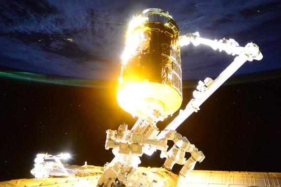 O cargueiro xaponés Kounotori 5, acomplado ao brazo robótico da Estación Espacial Internacional.