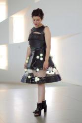 Unha modelo luce o Enviroment Dress.
