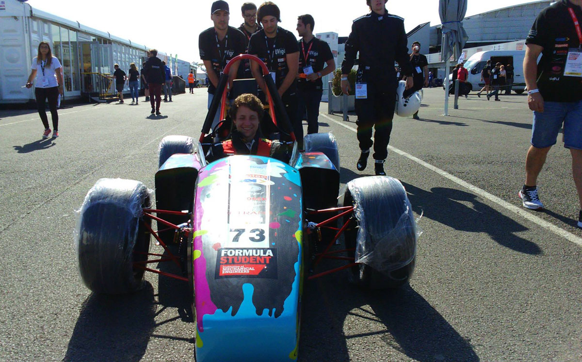 Os estudantes do UVigo Motorsport levan o bólido a boxes.