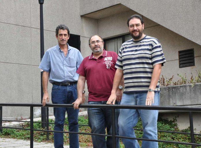 Os investigadores Ramón Hermida (centro), xunto a Artemio Mojón e José R. Fernández.