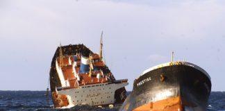 Afundimento do petroleiro Prestige fronte a costa de Galicia no 2002.