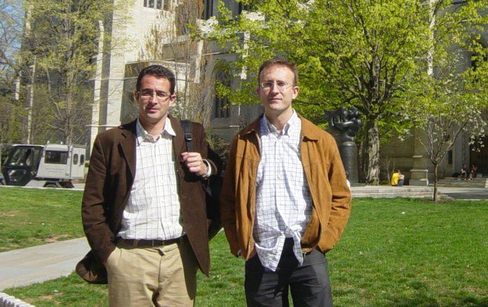 Carlos Cobas e Santiago Domínguez, dous dos fundadores de Mestrelab, fronte á Universidade de Princeton, coa que colaboran