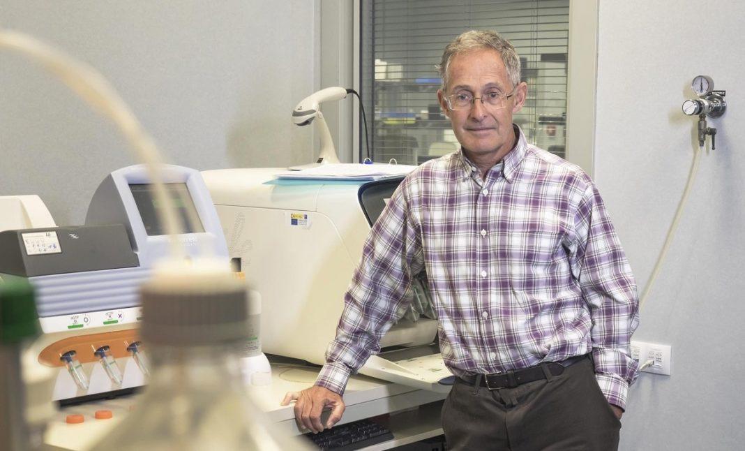 Ángel Carracedo, no laboratorio de Xenómica situado no Complexo Hospitalario Universitario de Santiago (CHUS).