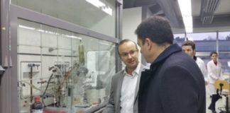 O investigador do CIQUS Javier Montenegro no seu laboratorio, nunha visita do conselleiro Román Rodríguez.
