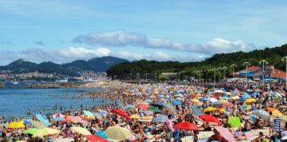 A praia de Samil, en Vigo, abarrotada de bañistas.