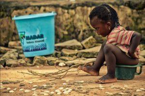 Unha nena en Dakar (Senegal).