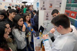 Estudantes na edición de 2014 da Galiciencia no Tecnópole de Ourense.