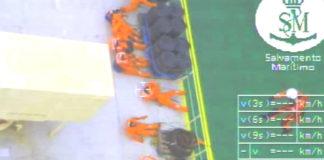 Imaxe do vídeo do rescate polo Helimer e o Pesca II.
