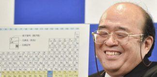 O investigador Kosuke Morita amosa o Ununtrium.