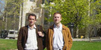 Carlos Cobas e Santiago Domínguez, dos de los fundadores de Mestrelab, frente a la Universidade de Princeton, con la que colaboran