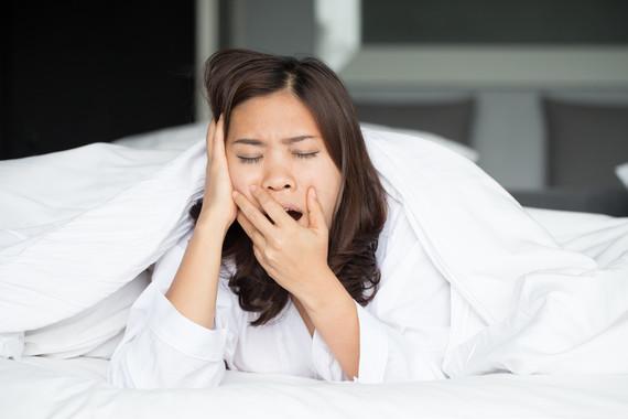 A primeira noite que durmimos nun lugar novo,o hemisferio esquerdo do cerebro permanece máis esperto para vixiar.