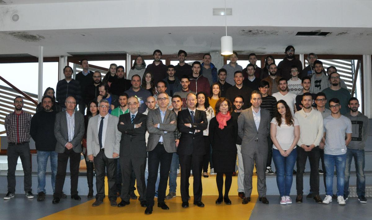 Foto de familia dos participantes no Hack for Good na UVigo.