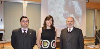 Eva Carolina Vázquez Barreiro, entre Francisco Fraga e José Vázquez Tato, na Facultade de Ciencias.