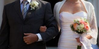 Unha parella entabla matrimonio.