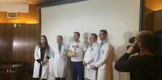 O paciente, Óscar González, xunto ao equipo médico.