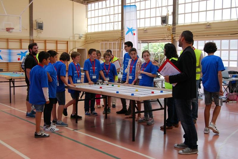 Participantes na anterior edición da olimpiada de robots.