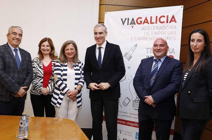 O conselleiro Francisco Conde e a delegada do Estado en Zona Franca, Teresa Pedrosa.
