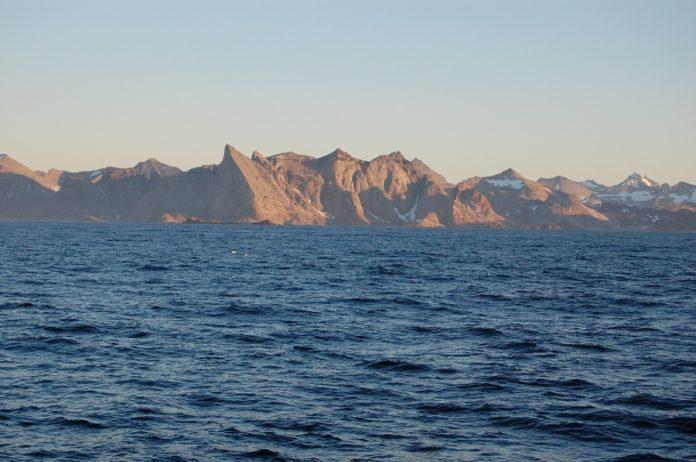 A costa de Groenlandia, fotografada dende o Sarmiento de Gamboa.