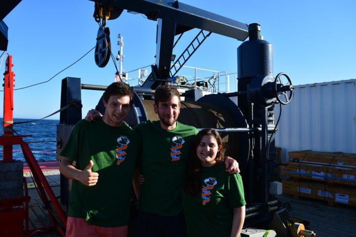 Álex, Gabriel e Mariana, a bordo do Sarmiento de Gamboa.