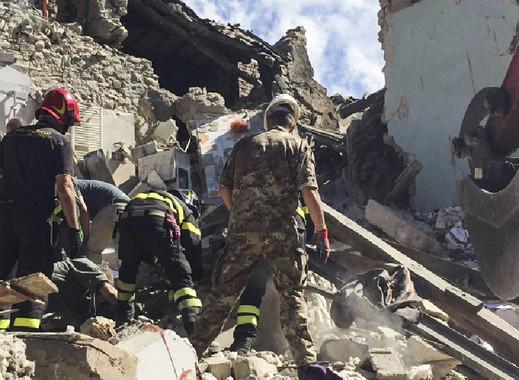 Militares e bombeiros, nunha das localidades afectadas polo sismo. / Ministero della Difesa.