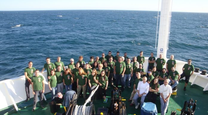 Foto dos membros e tripulantes da misión Bocats, fronte a Islandia.