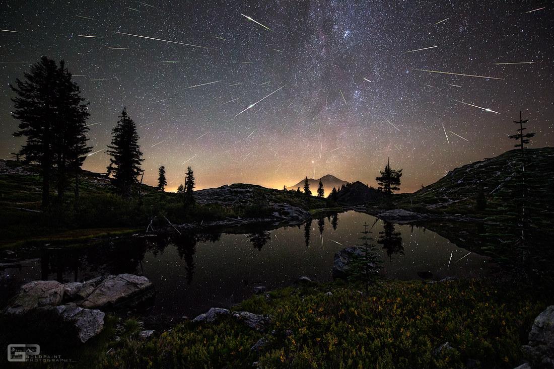 Chuvia de estrelas sobre o Monte Shasta (California).