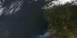 Imaxe do satélite Terra, da Nasa, tomada o 10 de agosto de 2016, cando tiveron lugar os grandes lumes de Santiago e Porto do Son.