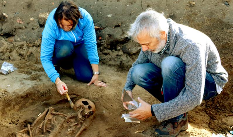 Os arqueólogos analizan os restos de 'Cornelia', o esqueleto dunha muller nova atopada este luns. Foto: Depo.es.