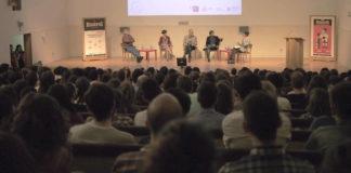 O público abarrotou o auditorio da Facultade de Comunicación da USC. Fotos: Leonor Parcero.