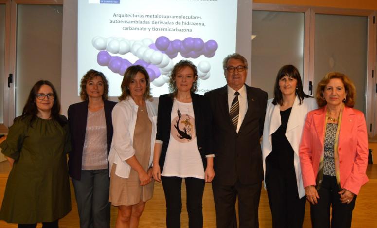 Rocío Carballido (centro), xunto aos membros do tribunal e as directoras da súa tese. Foto: USC.