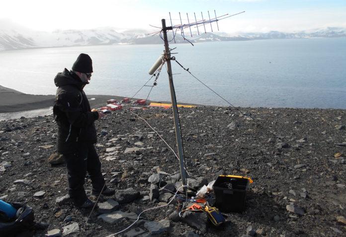 Un científico envía o sinal ao satélite Serpens, en órbita á Terra.