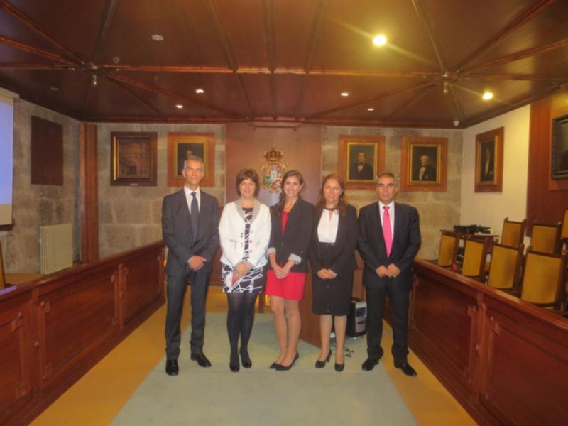 Isabel Prada, no centro, cos directores da tese e os membros do tribunal. Foto: USC.
