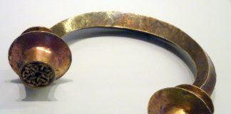 Un torque do texouro de Foxados, atopado en Curtis, hoxe no Museo de Pontevedra.