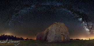 A Vía Láctea forma un arco sobre a ermida do Monte Faro.