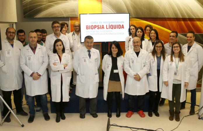 Investigadores do Oncomet, na presentación da campaña de micromecenado.