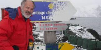 Valentín Carrera, diante dunhas sinais que marcan as distancias a Santiago e ao seu pobo natal, RImor.