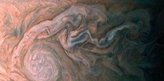 Créditos da imaxe: NASA, JPL-Caltech, SwRI, MSSS; Procesado: Roman Tkachenko.