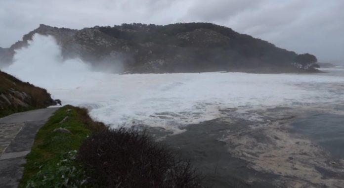 As ondas pasan por riba da pasarela que une a illa do Faro coa de Monteagudo.