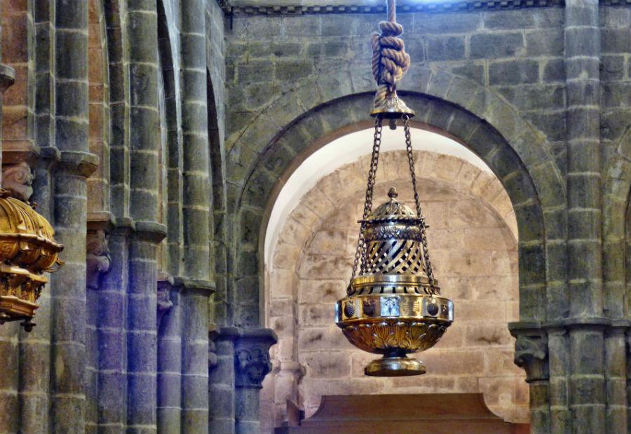O botafumeiro, pendurado na catedral de Santiago. Foto: Juantiagues / Wikicommons.