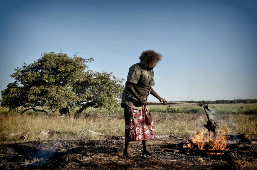 Aborixe australiana asando un ganso.