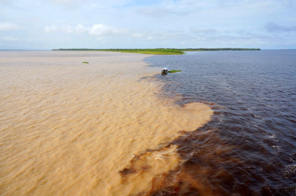 Encontro das augas do río Amazonas e o río Negro, preto de Manaus (Brasil).