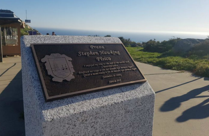 Placa conmemorativa da Praza Stephen Hawking de Fisterra. Foto: Facebook do Concello de Fisterra.