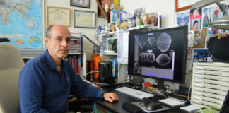 Luis Miguel Botana, no seu despacho na Facultade de Veterinaria de Lugo. Foto: USC.