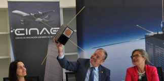 O reitor da UVigo amosa unha das maquetas dos satélites. Foto: Duvi.