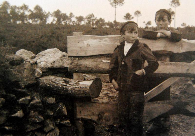 Dous nenos, apoiados nunha cancela na Laracha.